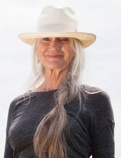 The Fashion Elder Best Picture For Advanced Style wedding For Your Taste You are looking for something, and it is going to tell you exactly what you are looking for, and you didn't find that picture. Over 60 Fashion, Long Gray Hair, Mode Boho, Ageless Beauty, Going Gray, Aging Gracefully, Old Women, Hair Inspiration, Long Hair Styles