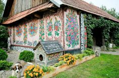 The unique painted village in Poland: a must-see for true art lovers! Zalipie, a village in South-East of the country, deserves the title of the most beautiful Polish village thanks to its uniquely painted wooden houses! Local Painters, Pintura Exterior, Polish Folk Art, Glass Building, Painted Cottage, Painted Houses, Wooden Houses, Dog Houses, True Art