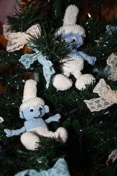 Che puffosi i miei puffi amigurumi… E come stanno bene sull'albero di Natale!… Merry Crochet Christmas with this Puffi Amigurumi Pattern
