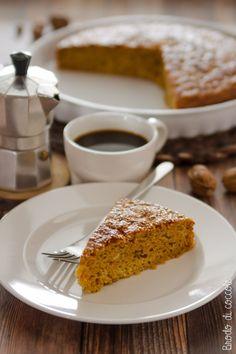 Questa torta di carote con olio d'oliva e farina integrale ha il gusto rustico delle cose semplici ed è perfetta per la colazione o per una merenda sana.