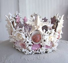 You could make your own sea shell mermaid crown! Hot glue some shells and starfish together to make an awesome playtime pretend crown. I love how the sea shells make flowers Beach Crafts, Diy Crafts, Seashell Crown, Starfish, Seashell Art, Shell Crowns, Mermaid Crown, Mermaid Princess, Mermaid Diy