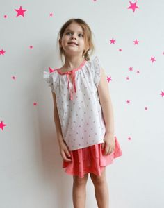http://www.laqueueduchat.com/6021-3519-thickbox/blouse-lapins-fleuris.jpg