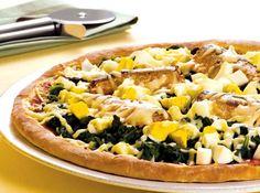 Receita de Pizza de Sardinha - pizza em uma assadeira. Sobre o disco distribua metade do molho de tomate da Sardinha. Cubra toda a superfície da pizza com o espinafre picado....
