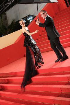 Zhang Ziyi accueilli en bas des marches par Thierry Fremaux © Palais des Festivals et des Congrès de Cannes/TRAVERSO