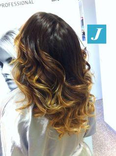 """Snapped in salone! """"Io vorrei un colore che non mi crei riga di ricrescita e che abbia sfumature uniche."""" Esiste solo una risposta a questa richiesta: Degradé Joelle. #cdj #degradejoelle #tagliopuntearia #degradé #welovecdj #igers #naturalshades #hair #hairstyle #haircolour #haircut #fashion #longhair #style #hairfashion"""
