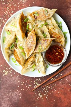 Meatless potstickers that taste even better than the meat-filled ones! And these taste better than the freezer-kind! Vegetable Appetizers, Finger Food Appetizers, Finger Foods, Appetizer Recipes, Vegetarian Cabbage, Vegetarian Recipes, Cooking Recipes, Healthy Recipes, Veggie Potstickers