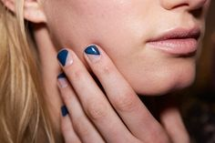 Este acabado transparente y azul ni siquiera requiere de cinta adhesiva… | 27 ideas de arte en uñas para chicas perezosas que, en realidad, son sencillas