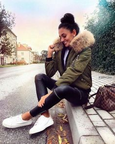 Puffer short jackets styling ideas : Puffer short jackets styling ideas – Just Trendy Girls Short Leather Jacket, Fur Jacket, Bomber Jacket, Fur Coat, Mode Outfits, Winter Outfits, Casual Outfits, Fashion Outfits, New Foto