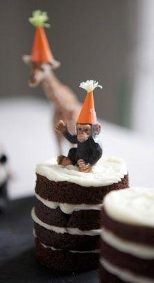 Gebruik echte feestbeesten als topping voor je taart. Wel met feesthoed natuurlijk.