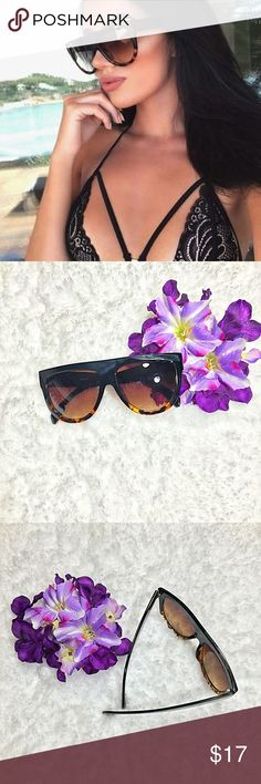 Vintage Oversized Flat Too Aviators Tortoise Shell black Frame w/ Smoke Lens ⭐️⭐️Top Rated Seller - NEXT DAY SHIPPING⭐️⭐️ Oversize aviator sunglasses that feature a super flat top with exaggerated teardrop lenses and bold lines. The prominent features and modern color gradient create a very stylish look for this season. Plastic based frame, metal hinges and UV400 protected. Pics 2-3 are actual Sunnies!   Lens Width: 56mm Nose Bridge: 16mm Lens Height: 49mm Total Width: 142mm  Make an OFFER…