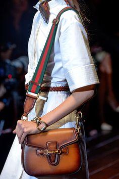Top 'it bags' para primavera Gucci Fashion, Fashion Shoes, Runway Fashion, Womens Designer Bags, Designer Handbags, Fall Handbags, Fall Fashion Trends, Autumn Winter Fashion, Clutch Bag