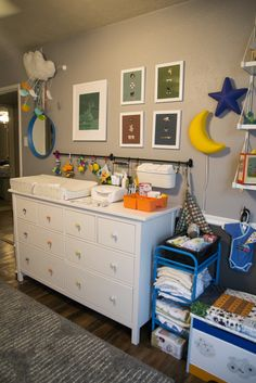 BRILLIANT idea to place the bar next to the changing table! Project Nursery - nursery_1