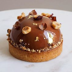 A real favorite for this little Hazelnut and Passion Fruit cake from pastry chef Alexis Lecoffre. The base of the dough is crispy as desired, the hazelnut presents in a light and delicious way, the fresh and tangy passion fruit. French Desserts, Mini Desserts, Chocolate Desserts, Just Desserts, Dessert Recipes, Plated Desserts, Chocolate Decorations, Chocolate Hazelnut, Fancy Cake