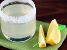 """Ako na pohári urobiť cukrový """"golierik"""" pred podávaním drinku."""