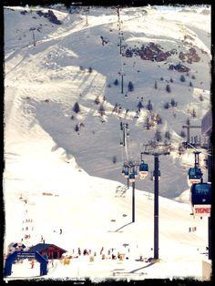 Aan de voet van de bergen in #Tignes, Frankrijk. Wil jij ook graag deze berg af? Ga naar http://www.snowx.nl en reis met ons mee!