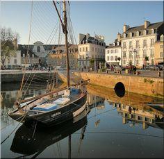 Bateau dans le port de Vannes - Vannes - Bretagne Sailing Day, Beaux Villages, Southern Europe, Beautiful Places To Travel, Hui, Monet, Brittany, Roots, Art Photography