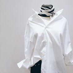 asymmetry shirt.  @toteme #apstudio#shinjuku#newoman#fashion#mode#modern#mnml#it#trend#spring#it#mood#elegance#moodofelegance#toteme#mackintosh