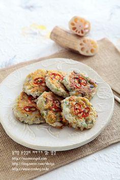 연근양파부침개-연근에서 이런 기가막힌 맛이?? 자꾸만 집어먹게 되는 중독성 강한 연근부침개...^^ : 네이버 블로그 Asian Recipes, Ethnic Recipes, Crab Cakes, Korean Food, Light Recipes, Food Plating, Bruschetta, Allrecipes, Food And Drink