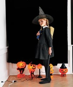 Build your own halloween photo booth with a black sheet and pumpkins for decoration. #halloween #diy