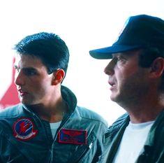 Tom Cruise and Tony Scott in Top Gun Top Gun Movie, Kelly Mcgillis, Tony Scott, Val Kilmer, Retro Gamer, Iconic Movies, Indiana Jones, Retro Futurism, Music Tv