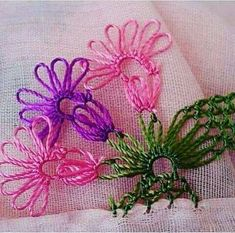 This Pin was discovered by şul Thread Art, Needle And Thread, Crochet Unique, Crochet Bedspread, Needle Lace, Hair Pins, Hand Embroidery, Tatting, Needlework