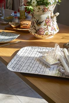 Das Classic Tray Graph Tablett von Vitra: Der perfekte Begleiter für jeden, der wieder etwas mehr von A nach B bringen muss als er tragen kann. http://www.flinders.de/vitra-classic-tray-graph-tablett-large