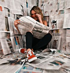 Pictures with newspapers as a background Fashion Photography Poses, Book Photography, Inspiring Photography, Stunning Photography, Photography Tutorials, Beauty Photography, Digital Photography, Teen Photo Shoots, Girl Photo Poses