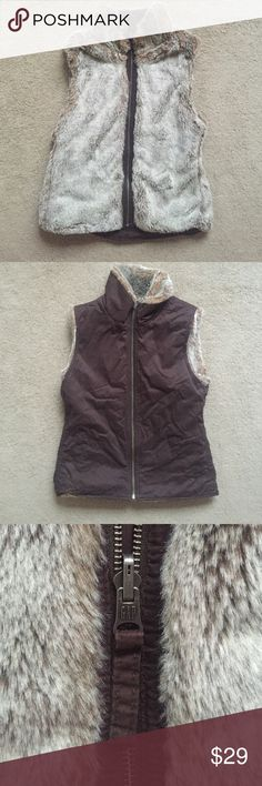 Women's Gap Reversible Faux Fur Vest Brown Size XS Women's Gap reversible faux fur vest in size Extra Small. The fur color is a blend of light tan, white, and grey. The fur side has no pockets. The woven side is 100% cotton in a true rich brown color. The woven side has two pockets. In great condition - no signs of wear. GAP Jackets & Coats Vests