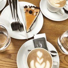 immer einen besuch wert: @fivepointsbistro ☕️ der beste kaffee mit der besten selbstgemachten haselnussmilch! 🖤 @9gramscoffee #visitbratislava