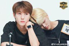 Renjun's wide shoulder for our jaemin 💚 Nct Dream Jaemin, Huang Renjun, Na Jaemin, Real Couples, Character Aesthetic, Meme Faces, Taeyong, Boyfriend Material, Jaehyun