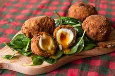 Scotch eggs από τον Άκη Πετρετζίκη. Τα scotch eggs είναι μια αυθεντική αγγλική συνταγή όπου το αυγό βρίσκεται μέσα σε μπαλάκια κιμά. Ένα ιδιαίτερο ορεκτικό!!