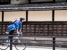 日常の自転車生活をより楽しくより安全に。あたらしいカタチのプロテクションキャップ MADE IN JAPANの「クモア」です。