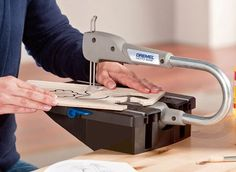 Dremel have introduced another fantastic tool to their collection. the Dremel Moto-Saw. The Dremel Moto-Saw is a compact and easy-to-use scroll saw for making detailed cuts in different materials. Woodworking Saws, Small Woodworking Projects, Learn Woodworking, Accessoires Dremel, Dremel Router, Dremel Saw, Router Bits, Dremel Tool Projects, Dremel Ideas