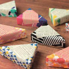 バレンタインのちょっとしたラッピング!三角形のカタチってなんかカワイイ。『うす紙ラップ』でガトーショコラやチーズを包みます。キャラメル包みで包みました。 #chottochotto #chotto  #wrapping #wrappingideas  #paperwrap #valentine  #valentines #バレンタイン #ラッピング  #ラッピングアイデア  #プチギフト #プレゼント #簡単 #チーズ  #ベイクドチーズケーキ #ガトーショコラ #うす紙ラップ  #ギフトステッカー #thinpaperwrap  #giftsticker