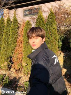 Dispatch Channel Vlive Update (JR take a photo) Minhyuk, Jinyoung, Busan, Korean Boys Hot, Nu'est Jr, Fandom Kpop, Nu Est Minhyun, First Boyfriend, Kim Jaehwan