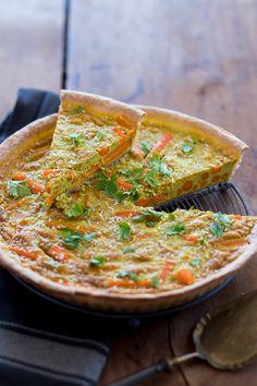 Que diriez-vous d'une bonne tarte salée pleine de vitamines et de couleurs ? Cette recette de tarte 3C utilise la carrote, le curry et la noix de coco.