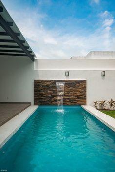 Busca imágenes de diseños de Piscinas de estilo minimalista en azul de ROKA Arquitectos. Encuentra las mejores fotos para inspirarte y crea tu hogar perfecto.