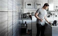 """""""Att ha mycket förvaring innebär att vi inte behöver städa jämt, vilket är skönt. Väggen med skåp från golv till tak i köket rymmer allt från köksredskap till rengöringsprodukter och till och med jackor!"""""""