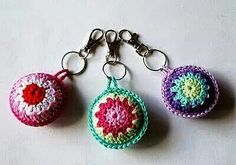 mumsboven: sleutelhanger of tashanger?(markers for knitting or on a key chain) Crochet Diy, Crochet Amigurumi, Crochet Motifs, Love Crochet, Crochet Gifts, Crochet Flowers, Crochet Stitches, Crochet Patterns, Thread Crochet