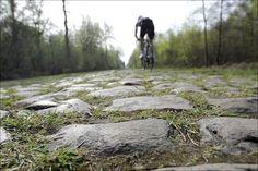 Valenciennes - Frankrijk - wielrennen - cycling - radsport - cyclisme -training verkenning parkoers Parijs-Roubaix 2011 - de kasseien liggen er droog bij - zondag veel stof   - foto Cor Vos ©2011
