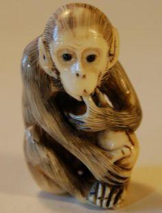 Singe suçant son pouce  Netsuke ( 根付 ) en ivoire datant du 19eme siècle.