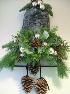 halve kerstklok,groen,kleine kerstballen, dennenappels,lind