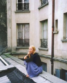 Sitting on a rooftop in Paris? Sounds like the life for me.minus the cig. Diy Projects Metal, Girl Pose, Home Shooting, Belle Photo, Film Photography, Brighton, Photoshoot, France, In This Moment
