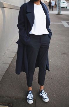 Minimaliste - Confort - Chic - Style - Idée - Trench-coat - Long - Jean - T-shirt - Converse