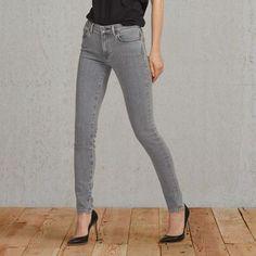 Die Levi's® Made & Crafted™ Empire Skinny ist eine unserer vielseitigsten Jeans. Sitzt knapp unterhalb der Taille. Mit einer engen Passform am Bein, die fast jeder Figur schmeichelt. Hergestellt aus einem Denim mit hohem Stretchanteil, um an den richtigen Stellen nachzugeben und schnell wieder die ursprüngliche schmeichelhafte Form zu erlangen. Das Gewebe wird aus der Candiani-Weberei in Italien importiert, einem führenden Denim-Hersteller, der für innovatives Design und nachhaltige…