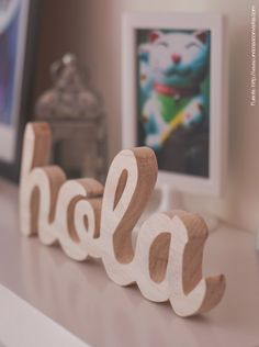 Palabras en madera clara. Discretas. Para detallistas. Place Cards, Place Card Holders, Symbols, Letters, Wood, Day, Interior, Wood Letters, Small Spaces