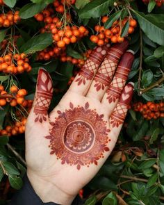 94 Easy Mehndi Designs For Your Gorgeous Henna Look Round Mehndi Design, Modern Henna Designs, Palm Mehndi Design, Legs Mehndi Design, Henna Art Designs, Mehndi Designs For Girls, Mehndi Designs For Beginners, Dulhan Mehndi Designs, Mehndi Designs For Fingers