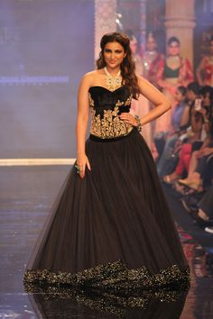 Parineeti Chopra Walks The Ramp For IIJW 2014 | StarsCraze