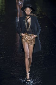 Saint Laurent Spring 2019 Ready-to-Wear Fashion Show Collection: See the complete Saint Laurent Spring 2019 Ready-to-Wear collection. Look 40 Office Fashion Women, Womens Fashion For Work, Saint Laurent, Milan Fashion Weeks, Shopper, Fashion Show, Fashion Trends, Fashion Spring, Runway Fashion
