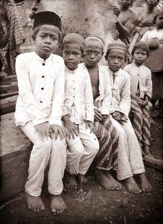 Enkele jonge zoons van Sopengse hoofden, die in Makassar naar school gaan, Zuid-Celebes. Unknown date. Sulawesi, Indonesië, Nederlands-Indië Makassar, Dutch East Indies, Old Pictures, Asia, The Unit, History, Couple Photos, Classic, People